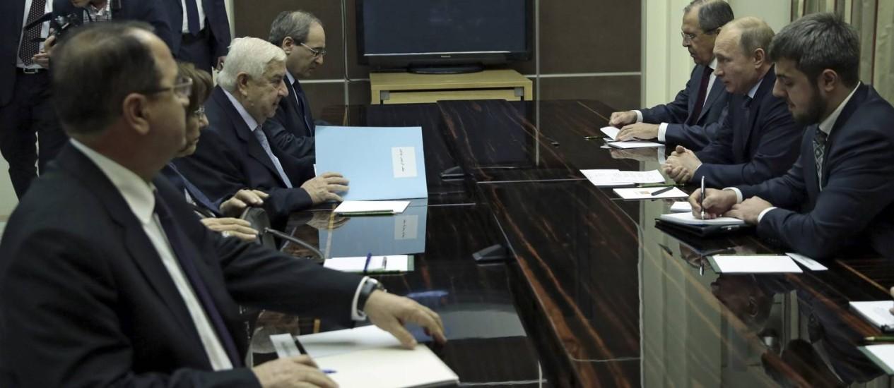 Chanceler sírio Walid al-Moualem (terceiro, à esquerda) durante reunião com o presidente russo, Vladimir Putin (segundo, à direita) e o ministro russo das Relações Exteriores, Sergei Lavrov (terceiro, à direita) Foto: RIA NOVOSTI / REUTERS