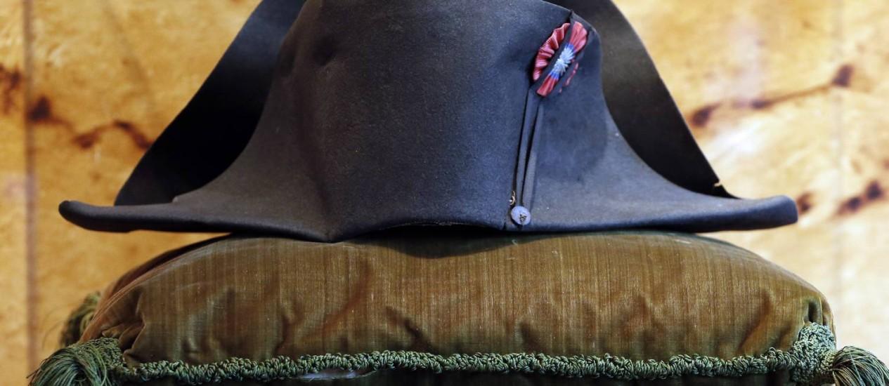 Com valor inicial de R$ 400 mil, o chapéu de Napoleão foi arrematado por R$ 6 milhões, preço 15 vezes maior. A vestimenta é uma das dezenove autenticadas do imperador ainda existentes no mundo. Ela fazia parte da coleção de mil lotes reunida por Luís II de Mônaco (1870-1949), bisavô do príncipe Albert, e estava conservada no museu de recordações napoleônicas de Mônaco. Foto: Charles Platiau/Reuters