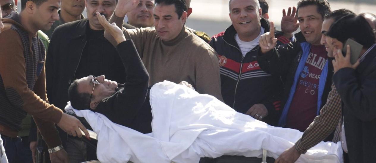 Mubarak volta ao hospital depois de ir ao tribunal Foto: Amr Nabil / AP