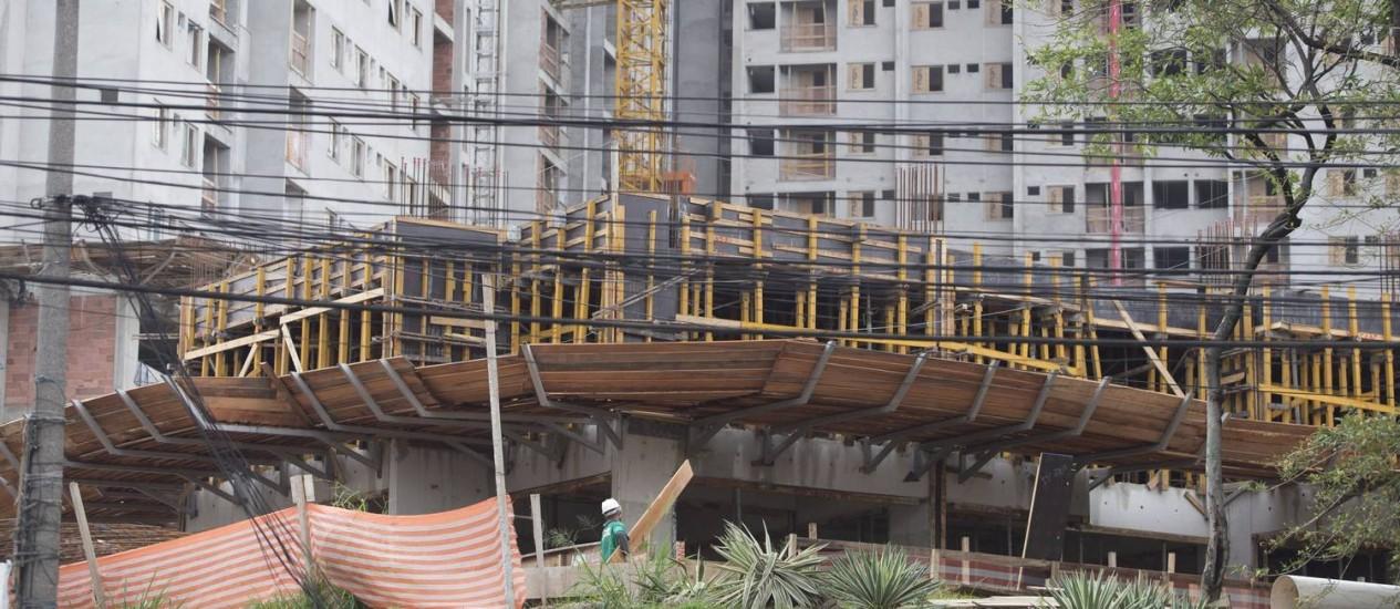 Na foto, o Carioca Residencial, em construção na Estrada Adhemar Bebiano, em Del Castilho, Rio Foto: Márcia Foletto / Agência O Globo