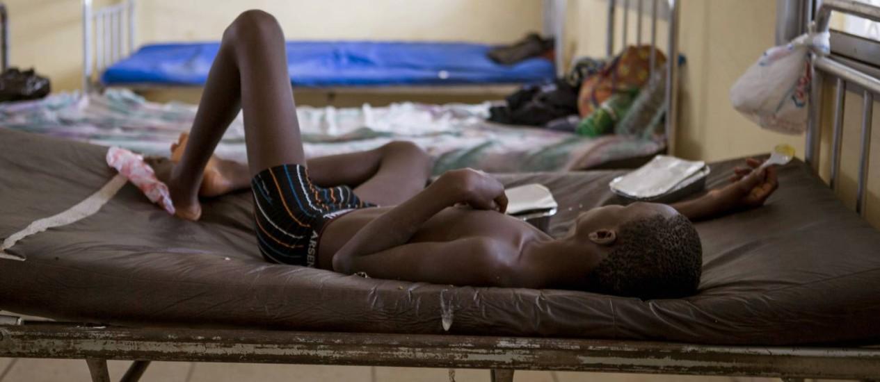 Criança infectada com ebola em tratamento em hospital de Serra Leoa Foto: Tanya Bindra / AP