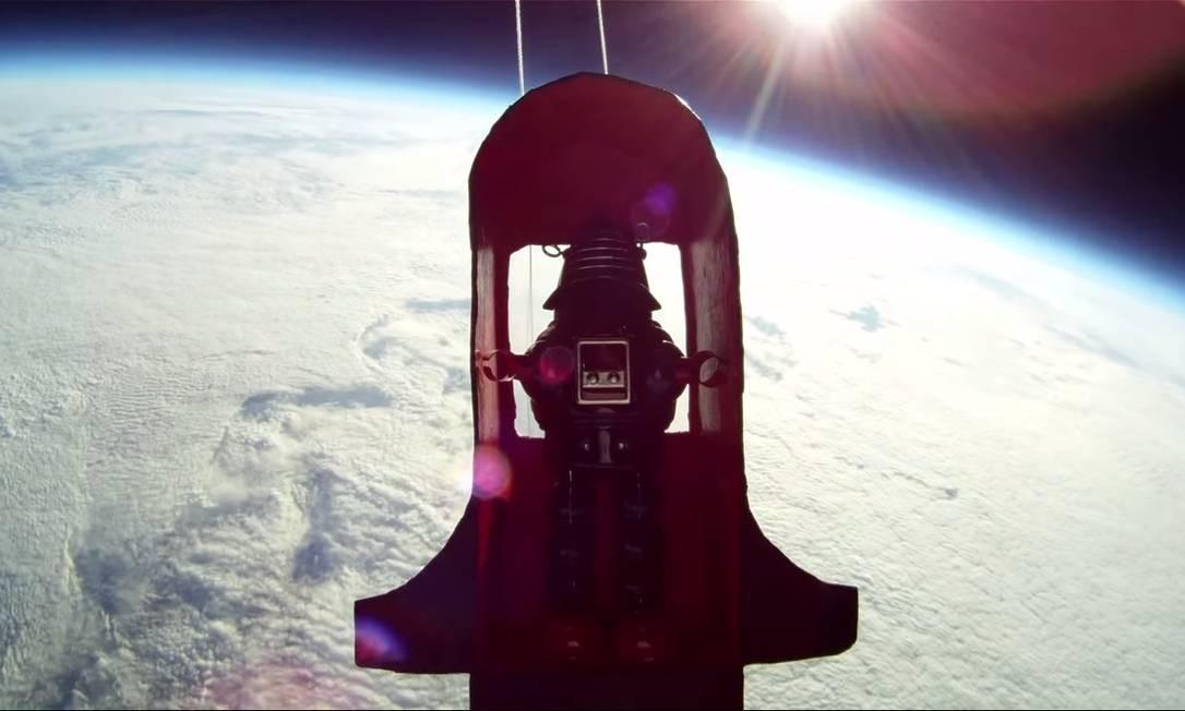 Boneco de brinquedo é fotografado no espaço Foto: Reprodução