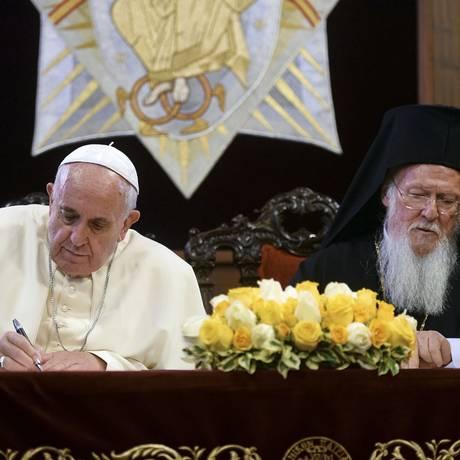 Papa Francisco e Patriarca Ecumênico Bartolomeu I firmam declaração conjunta em Istambul Foto: Filippo Monteforte / AP