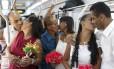 Beijo a caminho do sim: 1.900 casais participaram de casamento coletivo no Rio