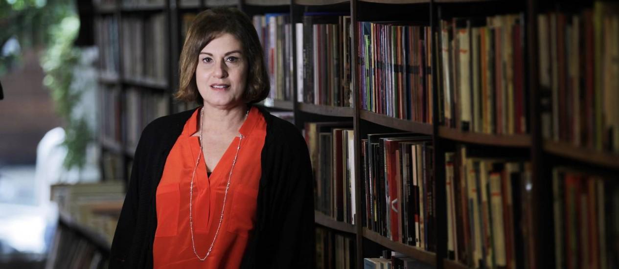 Claudia Calirman pesquisou durante dez anos para escrever o livro que se detém sobre os trabalhos de Antonio Manuel, Artur Barrio e Cildo Meireles Foto: Gustavo Miranda