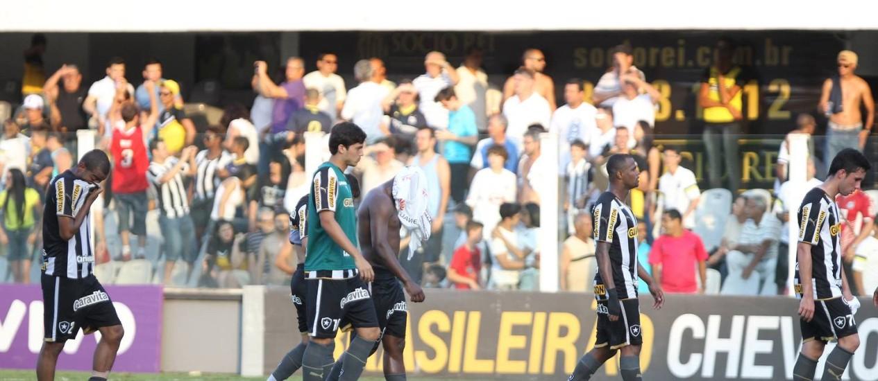 Abatidos, jogadores do Botafogo deixam o gramado após a derrota para o Santos que resultou no rebaixamento Foto: Michel Filho / Agência O Globo