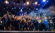Ganhadores do Talentos Senac 2014, competição profissional promovida pelo Senac RJ, comemoram a premiação no palco