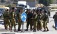 Soldados israelenses inspecionam cena de ataque perto de um bloco de assentamentos em Gush Etzion, na Cisjordânia ocupada