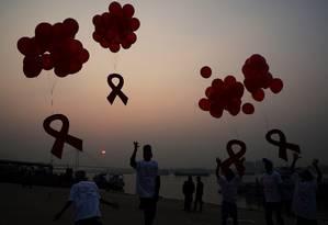 Em Calcutá, na Índia, ativistas e crianças soltam balões no Dia do combate à Aids Foto: DIBYANGSHU SARKAR / AFP