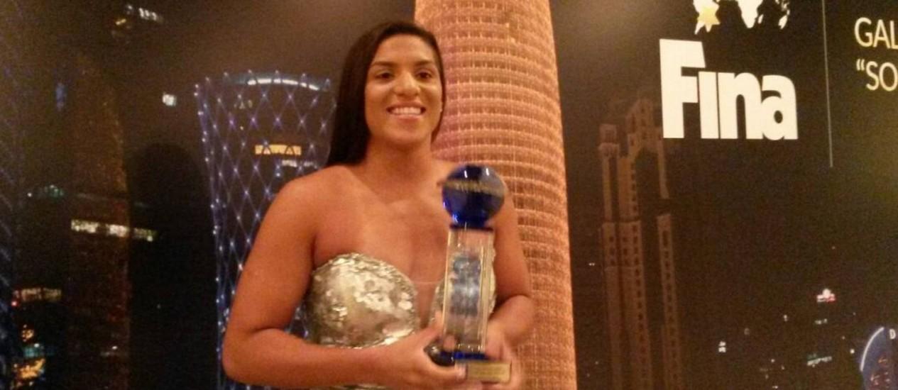 Ana Marcela Cunha com o troféu de melhor do ano nas maratonas aquáticas. Foto de Divulgação