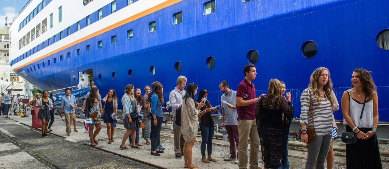 Estudantes e alunos dos EUA chegam ao porto de Havana Foto: YAMIL LAGE / AFP