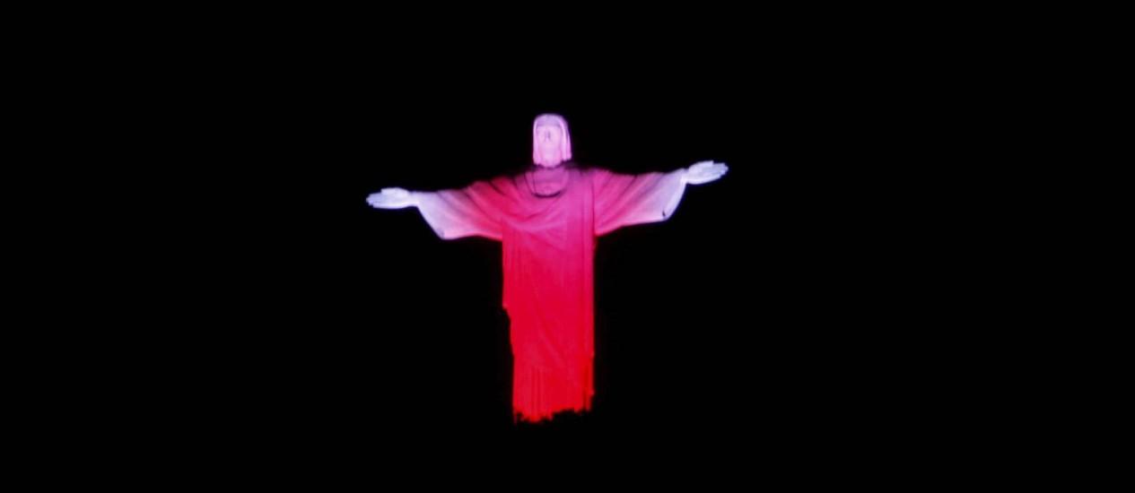 Cristo iluminado de vermelho no Dia Mundial de Luta Contra a Aids em 2011 Foto: Domingos Peixoto / Agência O Globo/Arquivo