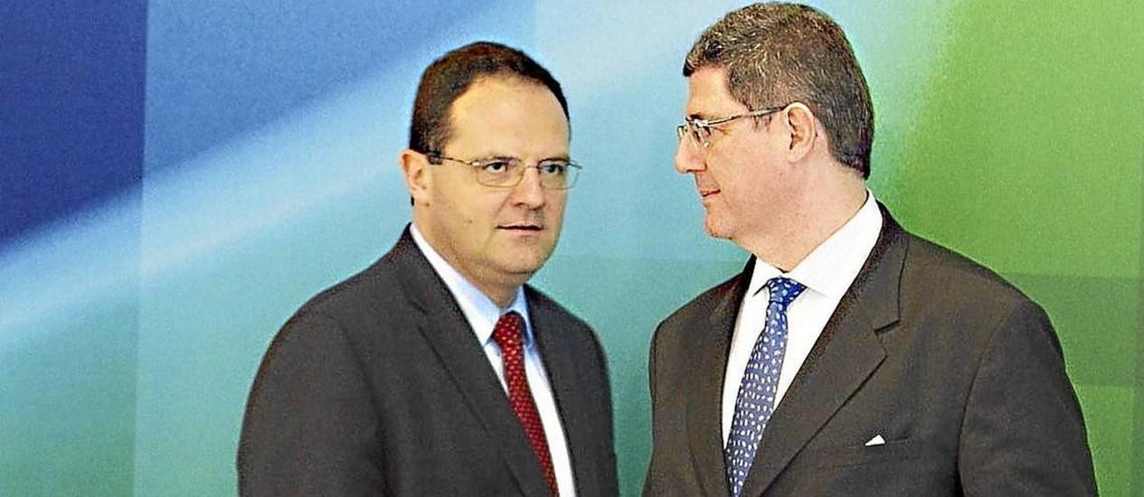 Conversa de gabinete. Barbosa, do Planejamento, e Levy, da Fazenda, pretendem mudar a política fiscal do país Foto: Jorge William / Jorge William/27-11-2014