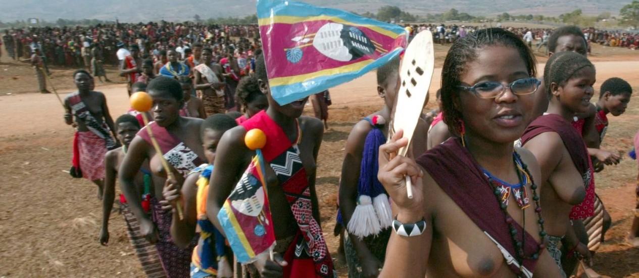Virgens candidadas à esposa do rei desfilam em Mbabane, na Suazilândia Foto: Kim Ludbrook / EFE 29/8/2005