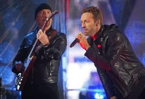 The Edge e Chris Martin, do Coldplay, em show em Times Square pela luta contra a Aids Foto: CARLO ALLEGRI / REUTERS