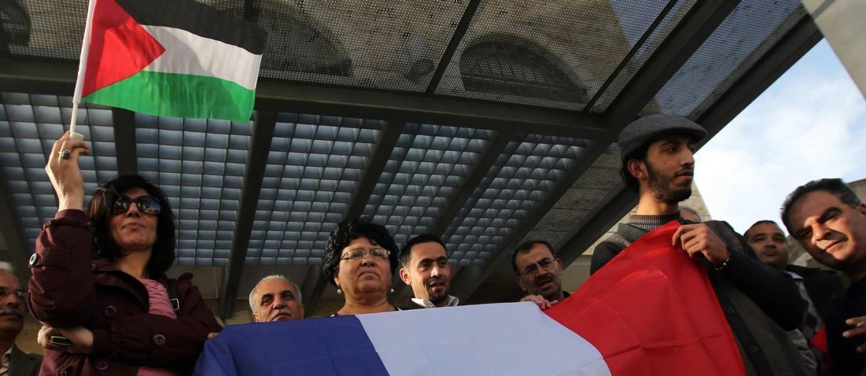 Palestinos comemoram a decisão do parlamento francês em Ramallah: resultado ainda tem pouca influência sobre o status oficial da Palestina Foto: ABBAS MOMANI / AFP