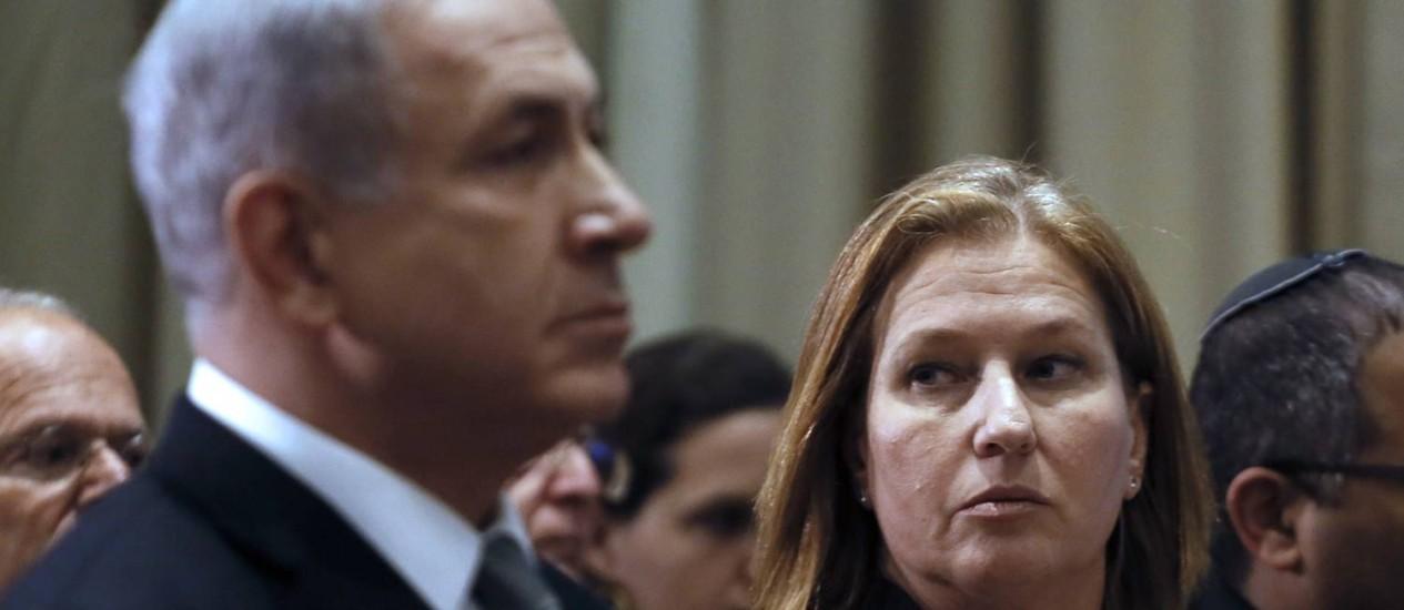 Benjamin Netanyahu ao lado da ex-ministra da Justiça, Tzipi Livni. Livni e o ministro das Finanças, Yair Lapid, foram demitidos por críticas ao governo israelense Foto: GALI TIBBON / AFP