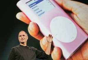 Steve Jobs no lançamento do serviço iTunes, em 2005. Mesmo após a sua morte, mensagens do executivo continuam sendo utilizado em processos contra a Apple Foto: Shizuo Kambayashi / AP
