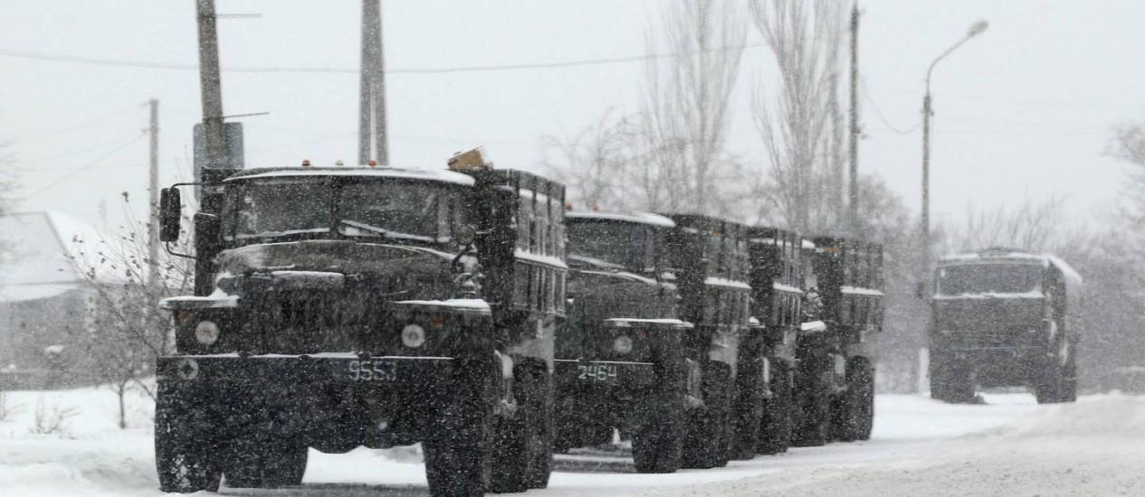 Caminhões militares no Leste da Ucrânia. Cessar-fogo foi renovado em Luhansk, mas rebeldes da República Popular de Donetsk e tropas ucranianas voltaram a se enfrentar nesta terça-feira Foto: ANTONIO BRONIC / REUTERS