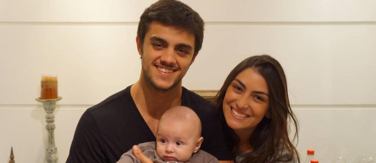 Felipe Simas posa ao lado da mulher Mariana Uhlmann e do filho Joaquim Foto: Arquivo pessoal