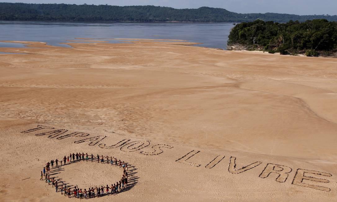 """Ativistas do Greenpeace e índios Mundukuru usam pedras para formar a frase """"Tapajós Livre"""" nas areias às margens do rio de mesmo nome, próximo a Itaituba, no Pará Foto: / Divulgação/Marizilda Cruppe/Greenpeace"""
