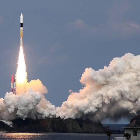 O foguete japonês H-II, que leva o módulo Hayabusa2, é lançado da plataforma da Agência de Exploração Aeroespacial do Japão do Central em Tanegashima Foto: JIJI PRESS / AFP