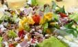Salada mediterrânea: dieta rica em frutos do mar, legumes e frutas faz bem para a saúde