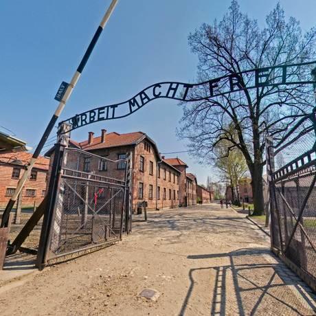 Portão em Auschwitz com a inscrição 'O trabalho liberta' Foto: Reprodução / Auschwitz.org
