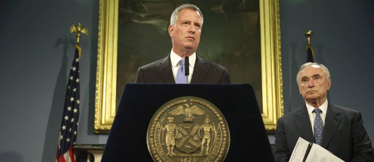 Bill de Blasio e William Bratton comemoram queda na criminalidade em Nova York Foto: Seth Wenig / AP