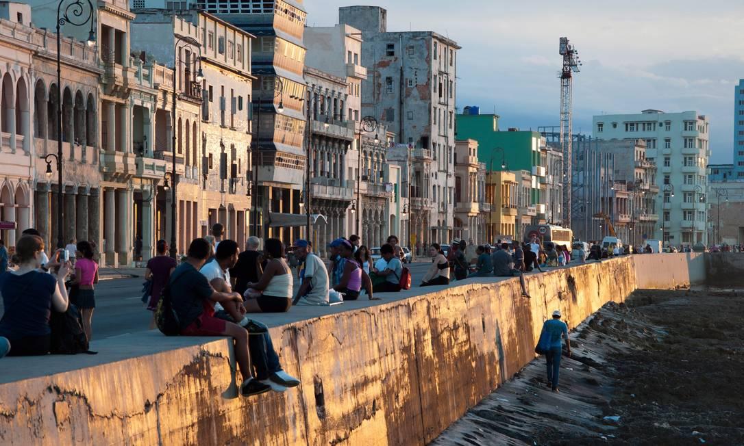 O pôr do dol no Malecon, o calçadão à beira-mar de Havana que é um dos símbolos da capital cubana Foto: O Globo / Flavia Milhorance