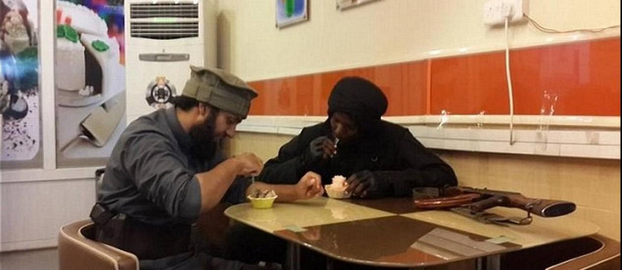 Abu Hamza al-Britani (esquerda) come sorvete ao lado do jihadista Abu Hamza al-Somali, em Mossul, no Iraque Foto: Reprodução/Internet
