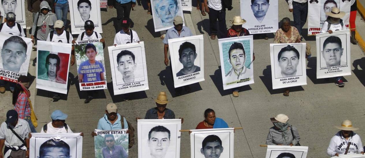 Manifestantes carregam fotos de estudantes desaparecidos durante protesto no México. Nesta quarta-feira 43 manifestações de solidariedade estão planejadas em cidades americanas Foto: JORGE DAN LOPEZ / REUTERS
