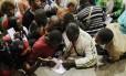 Imigrantes recém-chegados na Igreja do Glicério, em São Paulo, que funciona como uma agência de empregos improvisada
