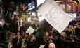 Manifestantes bloqueiam a Times Square durante uma marcha contra decisão de um grande júri de não indiciar o policial que matou Eric Garner