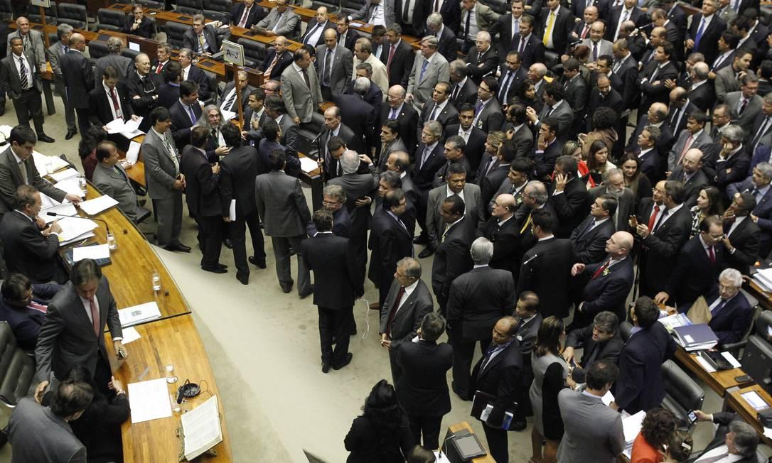 O presidente do Congresso Nacional, senador Renan Calheiros (PMDB-AL), durante a sessão que durou 19 horas Foto: Givaldo Barbosa / Agência O Globo