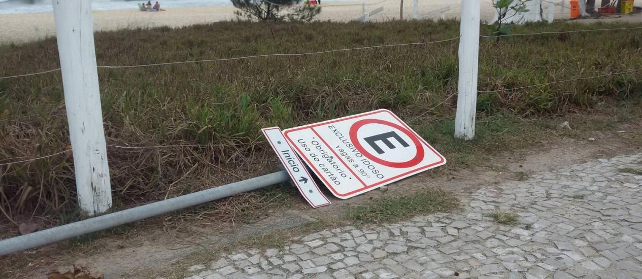 Placas de reserva de estacionamento a idosos estão sendo arrancadas no Recreio Foto: Eu Repórter/leitor Celso David de Oliveira