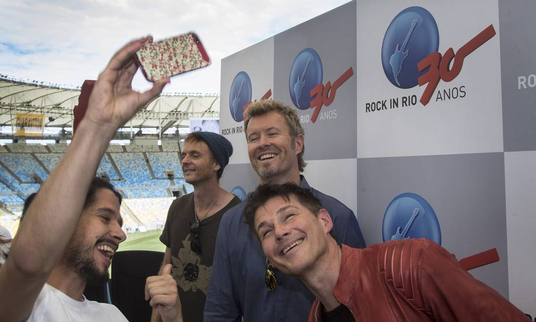 RI- Rio de Janeiro, 04/12/2014- Grupo de rock A-Ha posa no Maracana para anunciar participacao no Rock in Rio. Fan faz selfie com o grupo. Foto: Antonio Scorza/ Agencia O Globo Foto: ANTONIO SCORZA / Agência O Globo