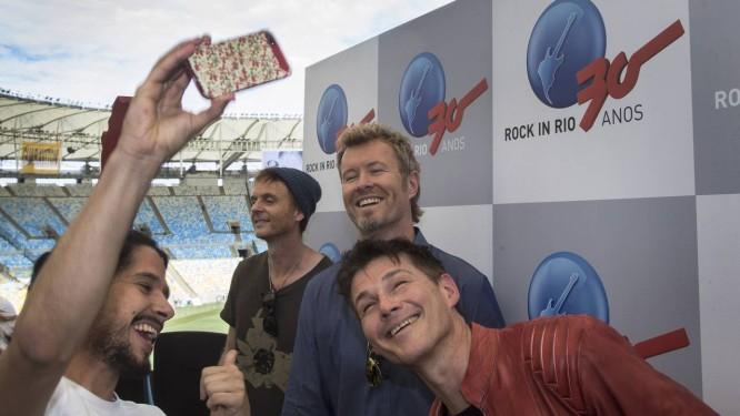 A-ha posa no Maracana para anunciar participação no Rock in Rio Foto: ANTONIO SCORZA / Agência O Globo