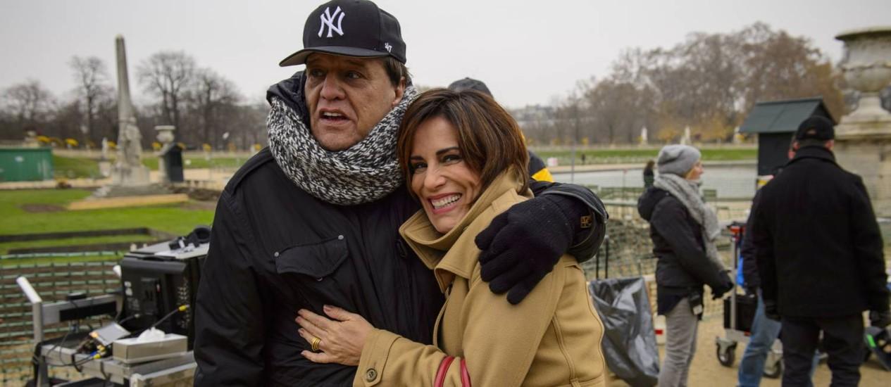 Gloria Pires ao lado do diretor Dennis Carvalho em um intervalo das gravações de 'Babilônia', em Paris Foto: Alex Carvalho / TV Globo