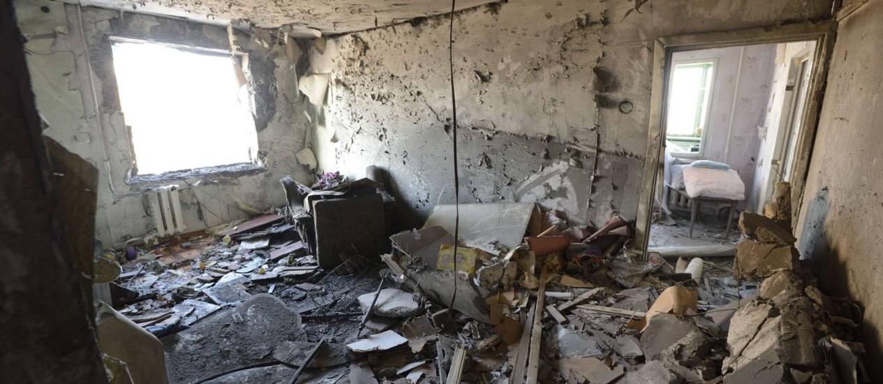 Cenário de destruição em Donetsk. Separatistas confirmaram o uso de foguetes, mas prometeram que prática será combatida Foto: ERIC FEFERBERG / AFP