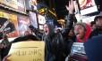 Manifestantes na Times Square protestam contra decisão do grande júri de não indiciar um policial de Nova York pela morte de Eric Garner