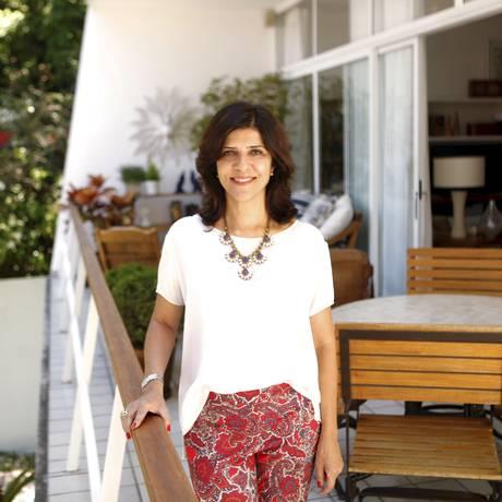 Cristina na varanda dos fundos da casa que dá para um simpático pátio com jardim Foto: Gustavo Stephan