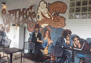 Grafites mostram ícones do rock na fachada do café St. Elmo's, em Del Ray Foto: Flávia Barbosa / O Globo