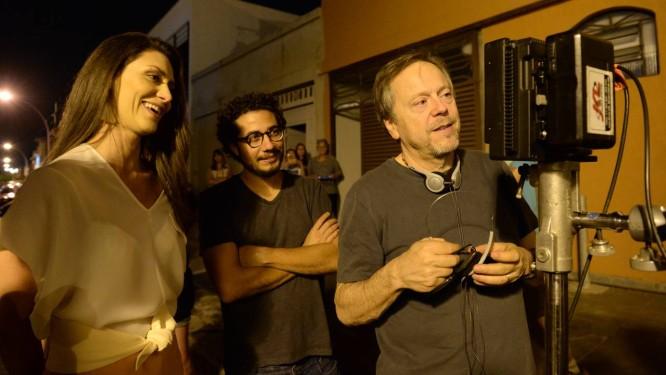 Maria Fernanda Cândido com os diretores Rodrigo e Fernando Meirelles nas gravações de 'Felizes para sempre', em Brasília Foto: Zé Paulo Cardeal / TV Globo