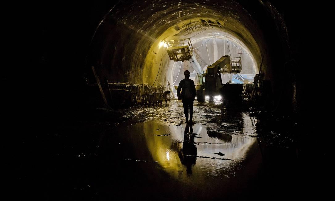 A Estação Gávea está sendo construída no subsolo do estacionamento da PUC-Rio. Será a estação mais profunda do Rio, a 55 metros abaixo do nível da rua Foto: Ivo Gonzalez / Agência O Globo
