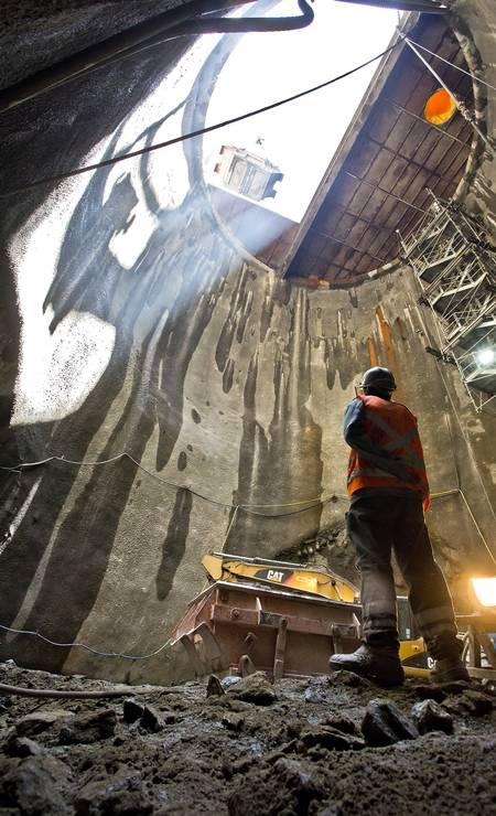 Quatro grandes elevadores, com capacidade para 30 pessoas, descerão e subirão os 55 metros em 37 segundos Foto: Ivo Gonzalez / Agência O Globo