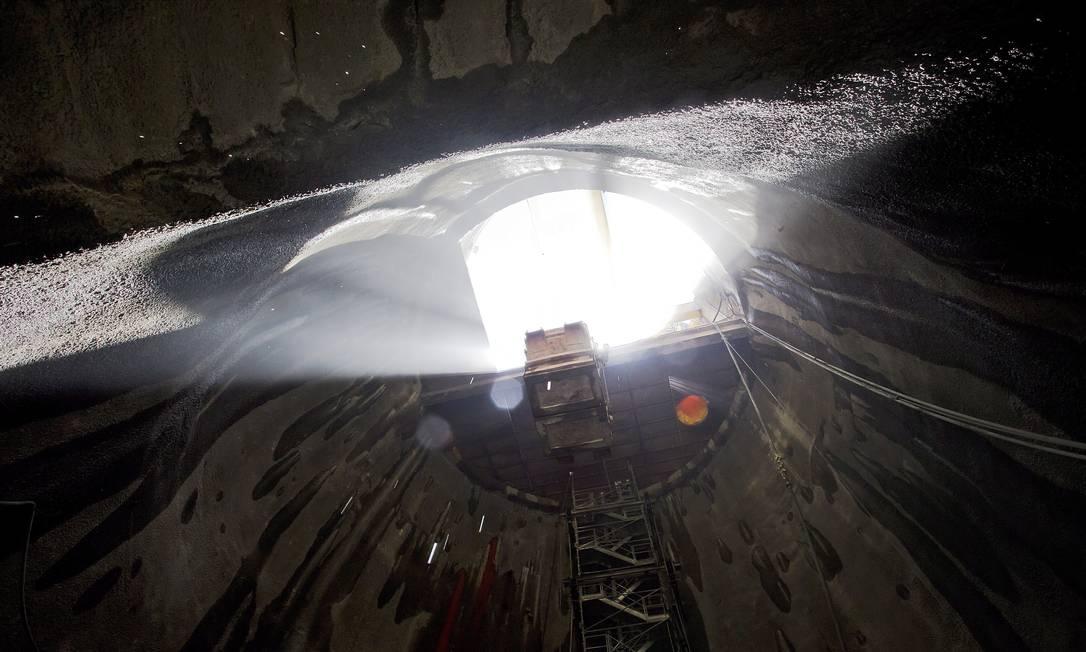 O usuário que não desejar utilizar o elevador deverá descer ou subir oito lances de escada para percorrer o trecho entre os trilhos e a superfície Foto: Ivo Gonzalez / Agência O Globo