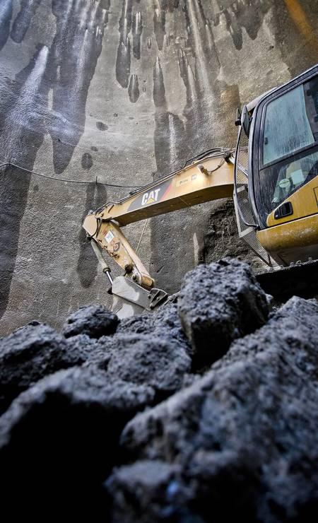 As escavações estão sendo feitas em dois poços que já atingiram 45 metros de profundidade, restando, portanto, 10 metros de escavação para cada um atingir a profundidade ideal no solo Foto: Ivo Gonzalez / Agência O Globo