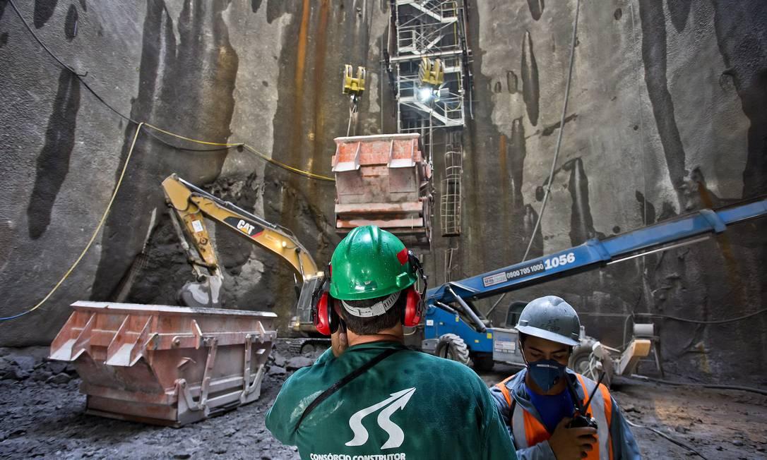 Por se tratar de uma obra altamente complexa, 370 funcionários trabalham na construção da estação mais funda do Rio Foto: Ivo Gonzalez / Agência O Globo