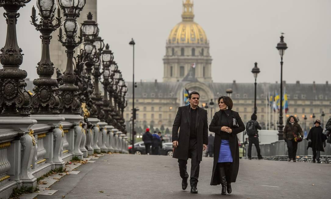 Gloria Pires e Cássio Gabus Mendes gravam na ponte Alexadre III, em Paris Foto: Alex Carvalho / TV Globo